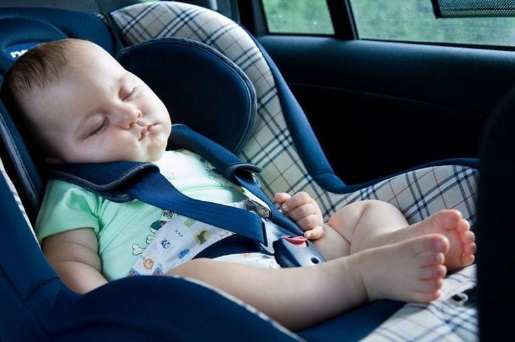 Удобное автокресло с ребенком.
