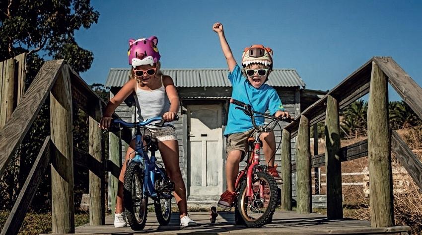 Дети катаются в шлемах Crazy Safety.